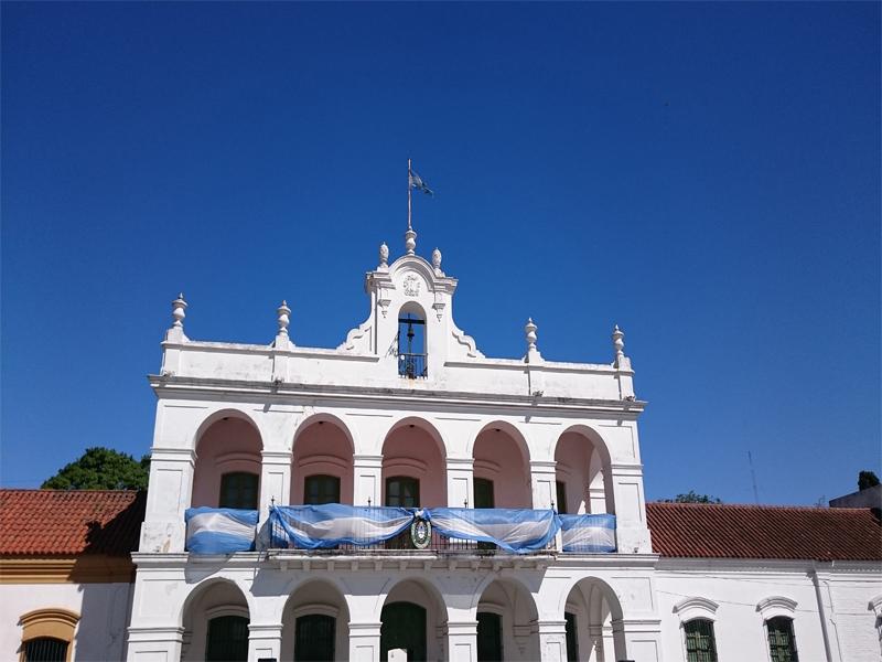 Museo Colonial Histórico E. Udaondo con la bandera argentina colgada del segundo piso.